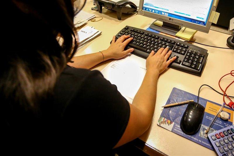 ep una mujer escribe en el teclado de su ordenador en el despacho de la oficina