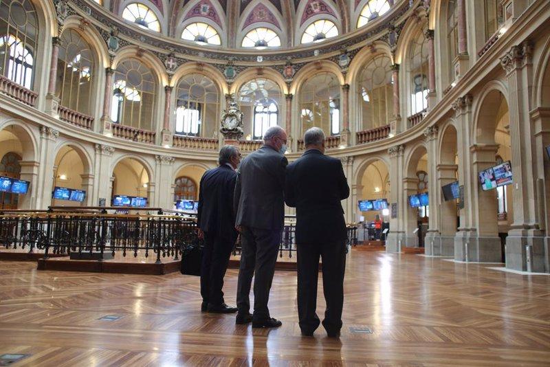 https://img6.s3wfg.com/web/img/images_uploaded/1/4/ep_tres_hombres_observan_valores_economicos_en_el_palacio_de_la_bolsa_a_13_de_mayo_de_2021_en_madrid.jpg