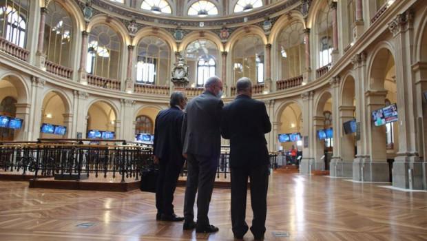 ep tres hombres observan valores economicos en el palacio de la bolsa a 13 de mayo de 2021 en madrid