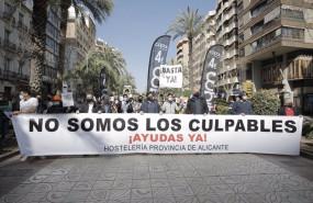 ep hosteleros de alicante participan en una manifestacion con una pancarta donde se puede leer no