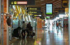 ep tres personas caminan con su equipaje en la terminal t4 del aeropuerto madrid barajas