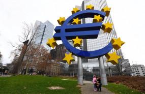 ep el simbolo del euro frente a la eurotower de frankfurt alemania