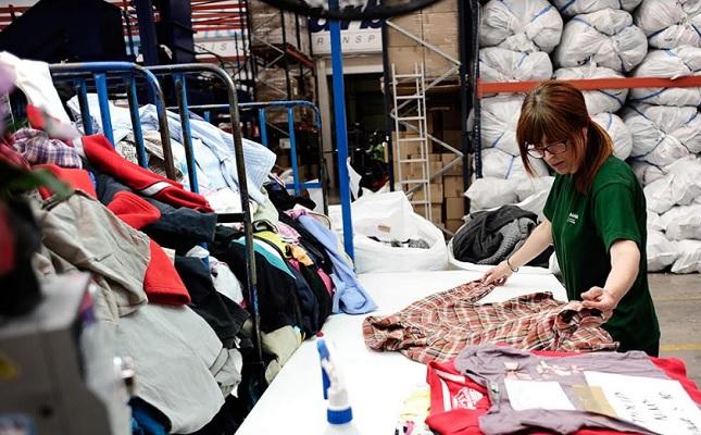 Comprar y vender ropa de segunda mano para estar a la moda ... 8d988a3e5373