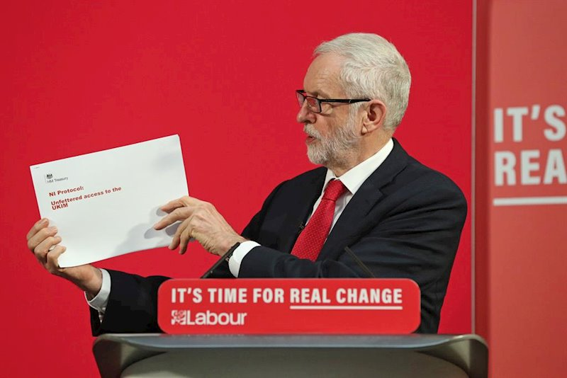 ep jeremy corbyn muestra un documento durante un acto de campana
