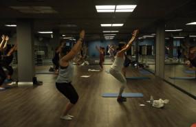 ep un entrenador imparte clase a varias personas en una clase de body balance en un gimnasio de la