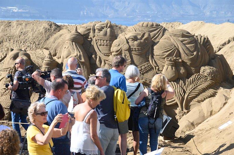 ep un grupo de turistas visitan el belen de arena de la playa de las canteras tras su inauguracion