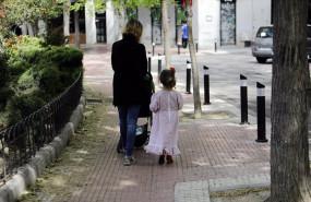 ep archivo   una mujer camina con su hija vestida de chulapa por el centro de la capital