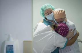 ep tres enfermeras se abrazan