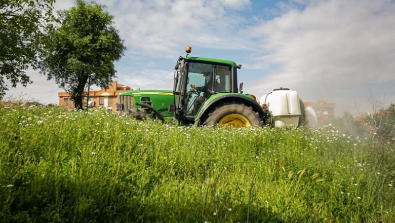 ep un agricultor montado en su tractor