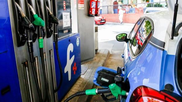 ep un coche repostando gasolinauna gasolineramadrid