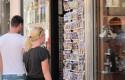 ep turista rubia extranjero compras turismo souvenirs recuerdos postales