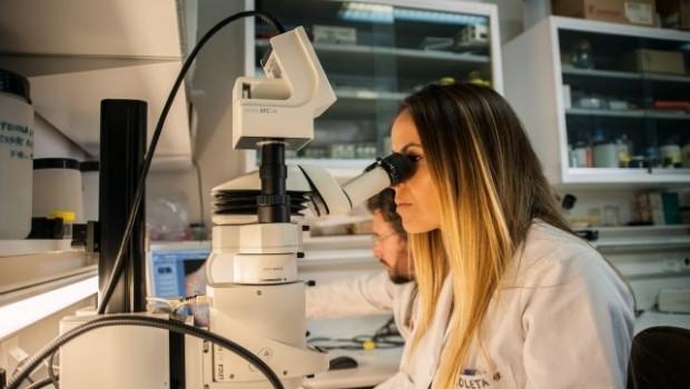ep una investigadora en un laboratorio