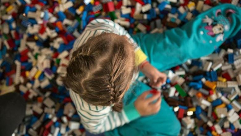 ep nina jugandopiezas lego