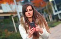 ep joven chica adolescente smartphone telefono iphone texto mensajeria whatsapp