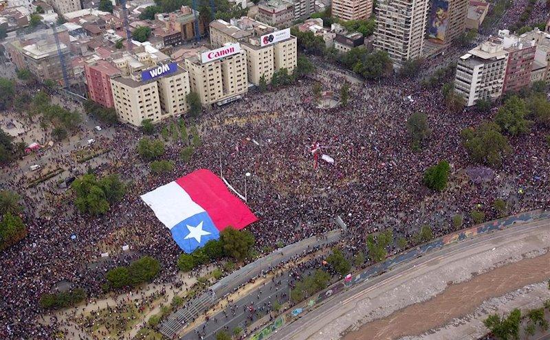 ep marcha masiva en santiago de chile en la que se calcula que hay mas de 75000 personas