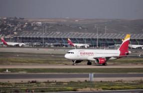 ep archivo   un avion de iberia en las pistas de un aeropuerto