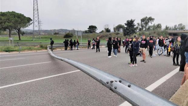 ep mas de 1000 manifestantes cortan la ap-7 en girona con objetos en la via en protesta por la