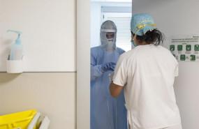 ep trabajadores sanitarios entran en la habitacion de un paciente negativo de covid-19 en el