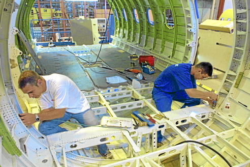 deux-ouvriers-de-l-usine-aeronautique-latecoere-de-toulouse-travaillent-le-05-juillet-2002-sur-la-fabrication-d-une-structure-d-avion-airbus-afp-photo-pascal-pavani