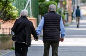 ep dos ancianos en un parque en madrid espana a 2 de mayo de 2020