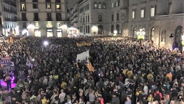 ep miles de asistentes en la concentracion de anc y mnium en la plaza sant jaume de barcelona contra